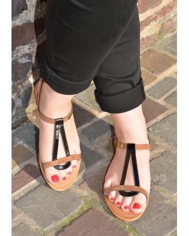 Sandale plates en croûte de cuir marron vernis noir à brides TROPEZIENNES