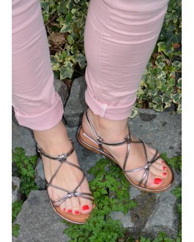 Sandales plates TROPEZIENNES avec brides fines croisées en cuir lisse